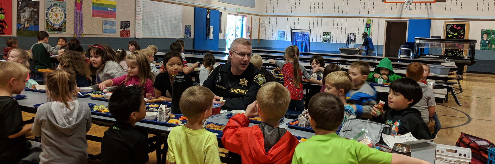 Sheriff Deputy Matt has lunch with students